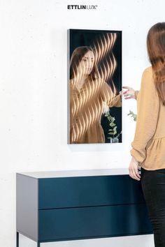 Dieser Spiegel wertet Ihr modernes Zuhause mit seinem besonderen, ambienten Licht stilvoll auf. Bathroom Lighting, Mirror, Home Decor, Indirect Lighting, Light Fixtures, Tutorials, Ad Home, Homes, Bathroom Light Fittings