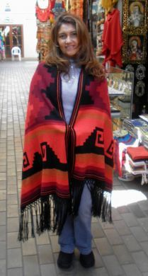 Inka Design #Schultertuch aus #Alpakawolle. Wunderschön gemustertes Schultertuch aus kostbarer Alpakawolle. Das Schultertuch ist mit Inka Designs farbenfroh verziert.