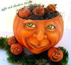 Mama pumpkin and her babies. by Tammy strum of Light and Shadow Studio Retro Halloween, Polymer Clay Halloween, Holidays Halloween, Halloween Crafts, Halloween Decorations, Halloween Ideas, Hand Painted Gourds, Baby In Pumpkin, Pumpkin Head