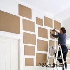 Çerçevelerinizi asmadan önce çerçevelerin kendi boyutlarında kestiğiniz kese kağıtlarını (gazete kağıdı da olabilir) duvarda kombinleyip çivinizi direk bunların üzerine çakabilirsiniz veya bunlarla uğraşamam diyorsanız siz yine de siz olun çivi çakacağınız noktayı mutlaka kağıt banla bantlayın. Böylece duvar boyanızdaki çatlama ve dökülmelere engel olmuş olursunuz.