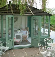 Quer ter um espaço para relaxar?  Vejas as sugestões que temos para si e transforme a sua casa de arrumos ou construa uma pequena cabana no jardim. Tenha um cantinho longe de tudo e de todos para relaxar...