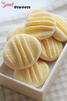 воздушное кукурузное печенье. Ингредиенты: 175 гр. кукурузной муки 100 гр. сгущенного молока 65 гр. сливочного масла, размягченного 1 столовая ложка сахара 1 яичный желток, комнатной температуры