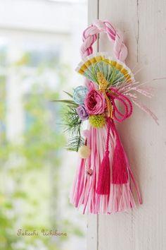 Düğün Konvoy Süsü ,  , Kapı süsü yapımı olarak da kullanabileceğiniz şahane modeller hazırladık. Düğün konvoy süsü . Süper modeller. Hobi marketlerden bulac... Japanese Ornaments, Rakhi Design, Japanese New Year, New Years Decorations, Passementerie, Asian Decor, Diy Flowers, Baby Headbands, Holidays And Events