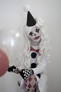 This is an easy & unique sad Harlequin costume using with a basic cotton shirt dress for my daughter since she dislikes regular textured costumes. Halloween Clown, Clown Costume Women, Clown Halloween Costumes, Looks Halloween, Jester Costume, Scary Girl Halloween Costumes, Women Halloween, Creepy Clown Girl Costume, Halloween Cosplay