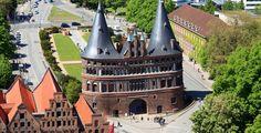 Lübeck (Schleswig-Holstein): Die Hansestadt Lübeck ist eine kreisfreie Großstadt im Norden Deutschlands und im Südosten Schleswig-Holsteins an der Ostsee (Lübecker Bucht). Mit ihren 211.713 Einwohnern ist Lübeck nach der Landeshauptstadt Kiel die Stadt mit den meisten Einwohnern und somit eines der vier Oberzentren des Landes. Flächenmäßig ist sie die größte Stadt in Schleswig-Holstein. Die mittelalterliche Lübecker Altstadt ist Teil des UNESCO-Welterbes.  Die nächstgelegenen großen Städte…