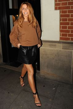 TV presenters fashion: Stacey Dooley in a brown sweatshirt and leather skirt Brown Leather Skirt, Leather Skirts, Leather Leggings, Winter Skirt Outfit, Brown Skirt Outfits, Sandro, Stacy Dooley, Girl Fashion, Waves