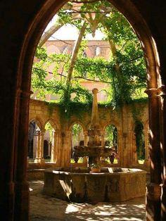 Sisse – Cait_Jenn_books.com The Secret Garden, Secret Gardens, Hogwarts, Nature Aesthetic, Travel Aesthetic, Beautiful Architecture, Garden Architecture, Abandoned Places, Abandoned Houses