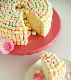 Torta con marshmallow rosa, verdi e gialli