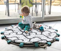 Cadeau naissance : tapis de jeu nomade - Two pour le DIY ! Blog DIY Baby Car Seats, Sewing Projects, Kids Room, Baby Shower, Children, Creative, Ali, Scrap, Vegan