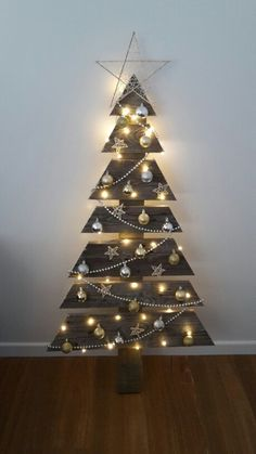 Simple But Creative Christmas Tree DIY For Your Inspiration – Page 19 of 57 – Women Fashi… – Outdoor Christmas Lights House Decorations Best Christmas Lights, Elegant Christmas Trees, Creative Christmas Trees, Pallet Christmas Tree, Alternative Christmas Tree, Christmas Tree Design, Christmas Wood, Outdoor Christmas Decorations, Christmas Projects