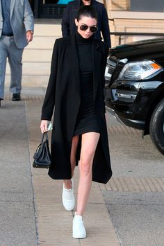 Nothing says model off-duty like this all black ensemble worn by Kendall Jenner. Playing with layers Kendall pairs the short fitted dress with an elongated and oversized coat black leather satche. Mode Outfits, Casual Outfits, Fashion Outfits, Black Outfits, Party Outfits, Hijab Fashion, Fashion Tips, Look Fashion, Fashion Models