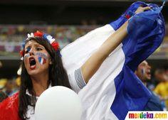 Seorang pendukung timnas Prancis bersorak jelang berakhir pertandingan laga Prancis melawan Ukraina.
