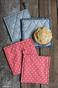 Sew Your Own Pot Holders - Lia Griffith Craft Tutorials, Sewing Tutorials, Sewing Projects, Sewing Ideas, Sewing Patterns, Photo Tutorial, Diy Projects To Try, Sewing Hacks, Diy Gifts