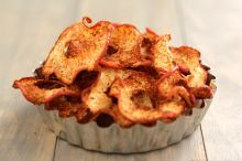 Baked apple chips look great for a healthy snack: Yea if you can actually get them crispy. Baked Apple Dessert, Apple Dessert Recipes, Apple Recipes, Real Food Recipes, Yummy Food, Yummy Treats, Desserts, Sweet Treats, Tasty