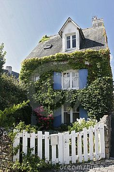 ˚Blue shutters, ivy and a white picket fence! French House - Brittany!