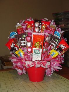 If you're looking for cheap gift ideas, look no further than this list of 51 Christmas gift ideas un Candy Bouquet Diy, Valentine Bouquet, Cookie Bouquet, Diy Bouquet, Bouquets, Valentines Day Baskets, Holiday Gift Baskets, Valentine Crafts, Candy Arrangements