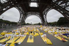 Paris : Plus d'un milliers de Yogis sous la Tour Eiffel pour la journée internationale - Insolite - Citizenside France