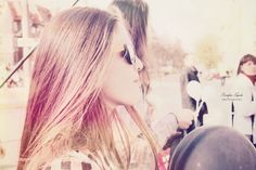 """""""Bo wszystkie drogi stąd prowadzą na tory Wszystkie drogi stąd na kolejowy most Staram się z całych sił lekceważyć niedosyt Tu miłość trzyma się na ślinę A szczęście o włos"""""""