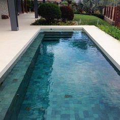 """80 curtidas, 3 comentários - FERNANDO THUNM PAISAGISMO (@fthunm) no Instagram: """"Nesta piscina usamos este lindo revestimento de pedra Hijau da @palimanan_revestimentos além de…"""" Outdoor Landscaping, Outdoor Pool, Pool Colors, Modern Pools, Driveway Gate, Cabana, Garden Projects, Patios, Swimming Pools"""