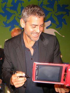 George Clooneyról sajnos egy olyan képet sem sikerült csinálnom, amin felnézett volna, mert szorgalmasan adta az autogramokat végig. (Fotó: Varga Ferenc)
