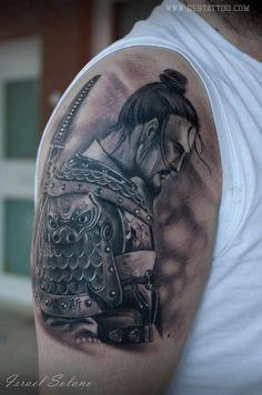 Tatuaje de estilo black and grey de un samurai, situado en el brazo y hombro derecho.