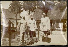 Contribution d'Odile Morelle,  AD76 - Les lieutenants Boui, Prevot et Dubreil se recueillant sur une tombe. 1num0055