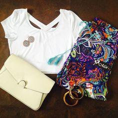 Crop top, pantalón estampado y accesorios