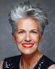 Natuurlijk grijs haar kan echt prachtig staan! Niet iedere dame is er blij mee, maar met een goed gekozen kort kapsel kan grijs haar juist prachtig staan! Doe hier inspiratie op voor korte kapsels in natuurlijk grijs haar!
