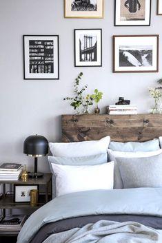 Dormitorio de estilo loft con cabecero de madera en bruto