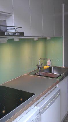 Glazen keukenwand van Visualls.nl in RAL6019 - witgroen