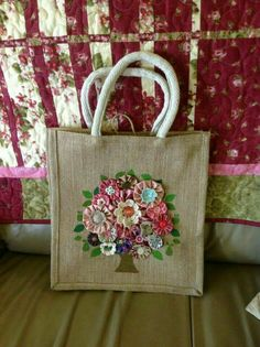 Hessian recycle grocery bag decorated with yo-yo flowers - fab idea! Also love the background quilt! Mix and match double flower buttons yo yo tree/bouquets page!I'm not a fan of the bag itself, but I like the combination of fabric and crocheted yo-y Hessian Bags, Jute Bags, Fabric Crafts, Sewing Crafts, Sewing Projects, Fabric Bags, Handmade Bags, Beautiful Bags, Fabric Flowers