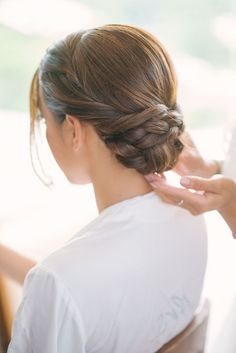What's the Difference Between a Bun and a Chignon? - How to Do a Chignon Bun – Easy Chignon Hair Tutorial - The Trending Hairstyle Wedding Hairstyles With Veil, Fancy Hairstyles, Bride Hairstyles, Hairstyle Ideas, Easy Chignon, Chignon Hair, Wedding Hair And Makeup, Bridal Hair, Hair Makeup
