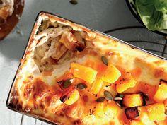 Gee 'n kinkel aan lasagne deur botterskorsie, kaneel en pampoenpitte by te voeg. South African Dishes, Hawaiian Pizza, Food Inspiration, Food To Make, Zucchini, Cooking Recipes, Pasta, Yummy Food, Kos