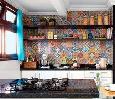 """Evite usar muitos objetos, potes, eletrodomésticos próximos da paginação de azulejos, pois ela por si só já carrega muita informação visual. Cuidado para não deixar a cozinha virar um """"carnaval""""."""