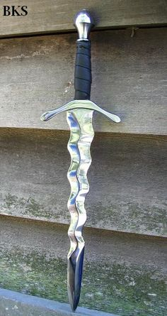this is cool... I like how it has a wavy blade...