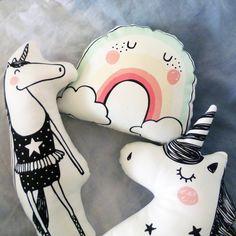 ACHTUNG: DERZEITIGE LIEFERZEIT ca. 10 Tage!  Bei diesem träumenden, magischen Einhorn Twinkle Star, das mit vielen ungleichmässigen Sternen übersät ist, träumt man sich sofort ins Wunderland!  Das monochrome Einhorn hat ein beruhigendes Wesen und wird sicherlich ein toller Begleiter durch interessante Traumreisen.  Als zeitlos-modernes Kinderspielzeug in schwarz-weiss, lässt es sich ideal mit unseren anderen Stofftieren oder dem Regenbogen kombinieren.  Das Sterne Einhorn macht überall eine…