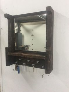 #Entrance, #PalletMirror, #PalletShelf, #RecyclingWoodPallets This attractive and functional Pallet Mirrored Key Holder/Shelf is a straightforward project but comes in handy on those crazy mornings. Our keys are all in one place, and you can give yourself one last check before leaving for the day. Pallet M
