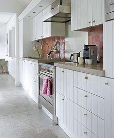 Wit met een tikje roze. Landelijke keuken met een vleugje kleur