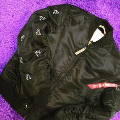 """<p>Het Bomberjack, ooit ontworpen voor piloten van de Amerikaanse bommenwerpers, is wereldwijd ongekend populair.Gedragen door militairen, presidenten, acteurs, celebreties en fashionistas is dit jack door de jaren heen een icoon geworden.Zelf heb ik er ook twee. Een polka dot variant van Libertine Libertine en een flowerprint van WE Fashion. Nu <a href=""""http://www.indepaskamer.nl/veiling-monos-fashion-statement-peace/#more-"""" """" class=""""more-link"""">more »</a></p>"""