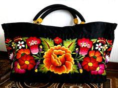 Bolsa de raso bordada a mano por artesanas del Istmo de Tehuantepec, Oaxaca.