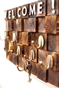 21 Affordable Key Organizer You Can Make From Wood 04 Wooden Key Holder, Wall Key Holder, Diy Key Holder, Wooden Decor, Wooden Diy, Diy Wood Projects, Wood Crafts, Decoration Entree, Dorm Organization