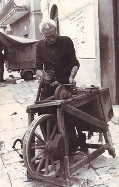 Antichi mestieri e artigianato locale Photo Work, Picture Photo, Old Pictures, Old Photos, Vintage Photographs, Vintage Photos, Knife Grinder, Vintage Italy, Old Tools