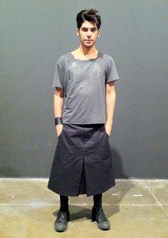 Look MPH: Saia (ou kilt) para homens Grey Fashion, Mens Fashion, Fashion Design, Style Fashion, Guys In Skirts, Man Skirt, Men In Kilts, Mens Trends, Androgynous Fashion