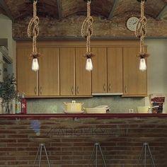 Závesný lanový luster v historickom vzhľade s jednou päticou typu E27. Moderný typ lustrov s lanom nemôže vo Vašej domácnosti, reštaurácií alebo hotely chýbať. Lustre ponúkajú jednoduchú konštrukciu v rustikálnom vzhľade s výstupom na jednu žiarovku typu E27. Originálne závesné interiérové svietidlá sú vhodné do Vášho domova, chalupy, reštaurácie alebo hotela. Tieto starodávne svietidlá nesúce sa v historickom duchu spravia z Vášho domova alebo hotela zámok.