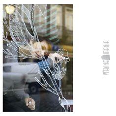 A nova tendência na decoração de vitrines é utilizar o Giz Líquido para criar desenhos e destacar informações rápidas aos consumidores. Com ponteiras reversíveis, as canetas são facilmente apagáveis à seco ou com um pano úmido, sem deixar resíduos na superfície.Versáteis, as canetas de giz líquido podem ser utilizadas em vidros, espelhos, adesivos do tipo quadro negro, paredes e outras superfícies lisas. #vitrine #ideiavitrine @vitrinismo #canetavidro #vitrinemania