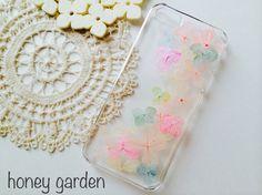 淡いパステルカラーの紫陽花を使ったiPhone5/5s用のケースです♡ハードケース カラー:クリアを使用しています。レジンで本物の押し花を埋め込んでます。 可...|ハンドメイド、手作り、手仕事品の通販・販売・購入ならCreema。