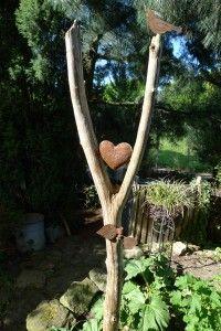Garten-Stele aus einer Astgabel mit rostigem Herz und Metallvogel