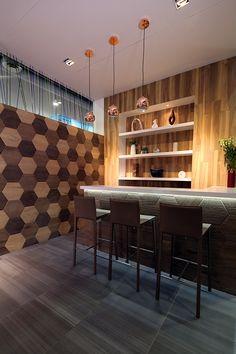 Ambiente de bar para exhibición de productos Porcelanite en su stand de CIHAC 2015., CDMX. Vignette to exhibit Porcelanite tiles at Expo CIHAC 2015. Mexico City.