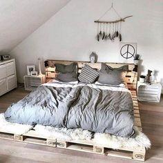 Déco en palettes - Nos coups de coeur Room Design Bedroom, Room Ideas Bedroom, Home Room Design, Home Decor Bedroom, Bed Design, Diy Pallet Bed, Pallet Bed Frames, Pallet Furniture Designs, Pallet Designs