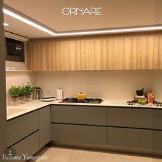 Aproveitando  que hoje é o lançamento do snap da @ornaremoveis trouxe pra vocês essa cozinha linda! O tons de madeira clara estão com tudo e eu tô simplesmente amando! Essa combinação com cinza ficou perfeita! Sigam lá o  ornaremoveis para acompanhar todas as novidades e tendências! Semanalmente teremos invasão do nosso OliOli team vai ser  Projeto Por Yamagata Arquitetura #cozinhadesigndecor #olioliteam